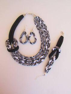 Cet ensemble de bijoux noir et blanc est le collier simple avec un charme qui le rend facile à assortir sur plusieurs vêtements et une pièce qui se démarque pour lui-même, que ce soit comme un plein ensemble ou seul, par lui-même. Il est donc ne léger en poids donc aucun le stress sur le cou