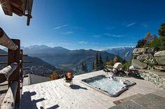 Das hochmoderne Luxus-Chalet Trois Couronnes in den Schweizer Alpen hat einen versenkbaren Pool, SPA, Weinkeller und den Flair eines französischen Schlosses.