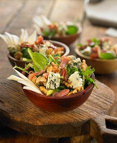 Ensalada de espinacas con queso azul, pera, nueces y bacón