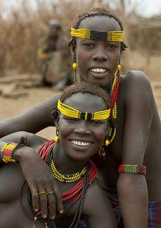 Twee Dassanetch meiden - Omorate Ethiopië | Loop een dag mee met de Dassanetch stamrek een dag op met de stam en ervaar hun unieke cultuur met Fair2. © Eric Lafforgue #Afrika #Dassanetch #Fair2