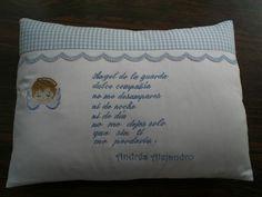 Almohadita oración Angel de la Guarda Bed Pillows, Fifa, Sewing For Kids, Embroidery Ideas, Baby Things, Scrappy Quilts, Molde, Throw Pillows, Ideas