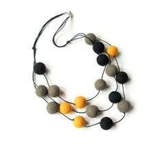 Gefilzte Halskette Filzkette Kette felted Perlen Filz Perlen grau schwarz gelb Halskette Wolle Filz Perlen