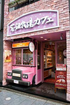 Marisa: Esta preciosa fachada incorpora un camión como de helados, cuyo cuerpo es la cámara frigorífica de la tienda. Los colores muy acertados.