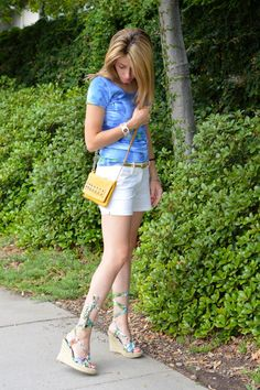 White Shorts and Floral Wedges Chic Look | Summer fashion trends