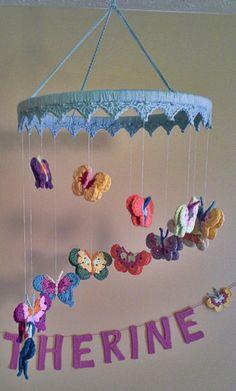 Mobiles En Crochet, Crochet Mobile, Cute Crochet, Crochet Crafts, Crochet Projects, Butterfly Nursery, Butterfly Mobile, Crochet Butterfly Pattern, Crochet Flowers