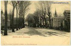 De Kennemerstraatweg in Heiloo in 1921 met op de achtergrond de tram die bij de tramhalte staat