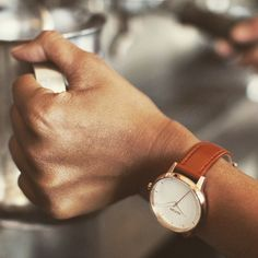 Coffee break with the Kensington leather in rose gold / white: classic but never stuffy. #nixon #nixonkensington #rosegold #coffeebreak