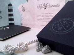 Invitacion de boda personalizada. Detalle de sello de boda personalizado en el reverso de la caja de la invitacion. Invitacion de boda nautica.