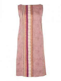 Vestido escote barco, semientallado en tejido de Jacquard formando grecas en tonos naturales, cobre y fucsias. Tejido fino e ideal para el verano.