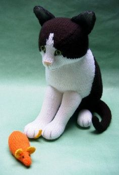 Pattern for this knitted black & white cat.