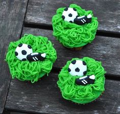 Let's play some soccer! ⚽️ #kimberlandcupcakes #cupcakes #dessert #pastrychef #pastry #sportscupcakes #voetbalcupcakes #zovijf #soflair #soccercupcakes #yummie #instafood #grass #marsipan #sugarart #bakken #cupcakes #vanilla #sweet
