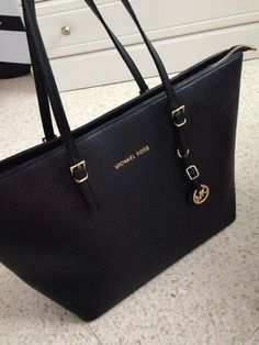 Michael Kors OFF!>> To give that outfit a pop of color - Michael Kors bag Michael Kors Bags Outlet, Handbags Michael Kors, Mk Handbags, Purses And Handbags, Black Handbags, Green Handbag, Mk Purse, Mk Bags, Fashion Bags