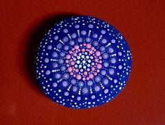 Mandala-Stein von PrettyPaintedPebbles auf Etsy