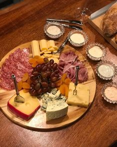 Plateau Charcuterie, Charcuterie Platter, Deli Food, Cafe Food, Date Night Recipes, Wine Cheese, Food Platters, Clean Eating Snacks, Food Pictures