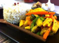 Il pollo con curcuma, riso basmati e verdure racchiude i sapori della cucina Indiana. Non sempre bisogna andare in un ristorante per gustare una specialità che ci porta ai profumi e ai sapori di altre culture. Certamente è un piatto alla portata di tutti!