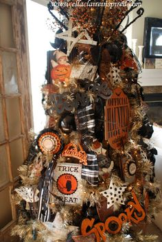 Yes to a Halloween tree! {Ella Claire}: My Halloween Tree Retro Halloween, Spooky Halloween, Halloween Christmas Tree, Halloween Home Decor, Holiday Tree, Holidays Halloween, Holiday Fun, Happy Halloween, Halloween Decorations