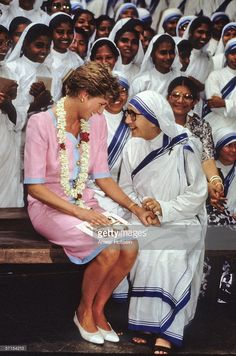 February HRH Diana with Mother Theresa at her Mission visiting the sick and homeless at shelters in Calcutta, during her Royal Tour of India. Royal Princess, Princess Diana Death, Princess Diana Photos, Princess Diana Family, Princess Of Wales, Princesa Diana, Princesa Real, Lady Diana Spencer, Diana Fashion