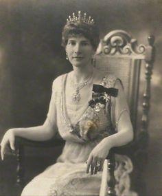 Dorothy Maud, Countess Haig, wearing the Haig Pearl Tiara, United Kingdom (pearls, diamonds). © National Portrait Gallery, London.