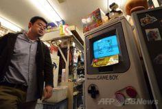 任天堂(Nintendo)のゲームボーイ(Game Boy)を模した模型。都内のゲーム販売店で(2014年4月17日撮影)。(c)AFP/Yoshikazu TSUNO ▼21Apr2014AFP|ゲームボーイ発売25周年、ポータブルゲームの草分け http://www.afpbb.com/articles/-/3013123 #Nintendo #GameBoy #Game_Boy
