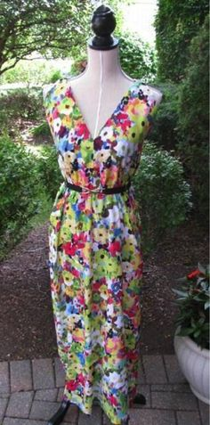 Need a quick summer wardrobe update? Check out this FREE sewing tutorial + pattern for a one-pattern-piece maxi dress to fit and flatter any size: