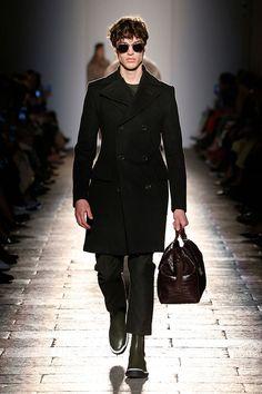 Num clima bem anos 40 (ombros acentuados, cintura bem marcada, quadris arredondados), a Bottega Veneta apresenta seu outono-inverno 2017/18 na Semana de Moda de Milão.
