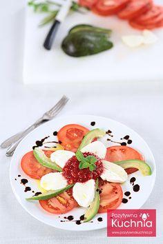 Sałatka z pomidorem, awokado i truskawkami - #przepis na pyszną i prostą #salatka.ę lub #sniadanie  http://pozytywnakuchnia.pl/salatka-z-pomidora-awokado-i-truskawek/  #pomidory #awokado #truskawki #kuchnia