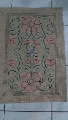 TELA EM JUTA PARA ARRAIOLOS no Elo7 | Lourdes arraiolos (C3D333) Simple Embroidery, Cross Stitch Embroidery, Hand Embroidery, Punch Needle, Bohemian Rug, Bargello, Carpet, Sewing, Rugs