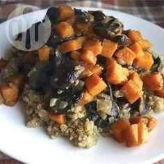 Quinoa mit Süßkartoffeln und Pilzen / Süßkartoffel, Zwiebel, Pilze und gehackte Pekannüsse werden über Quinoa serviert. Man kann es als Hauptgericht oder auch als Beilage essen.@ de.allrecipes.com