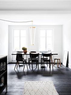 Projektleder Marie Elbæk Schjeldal har indrettet familiens rummelige byggeforeningshus på Østerbro i en stil, der viser en udpræget sans for kvalitet og farver. Læs mere her og få et eksklusivt kig ind i Maires hjem.