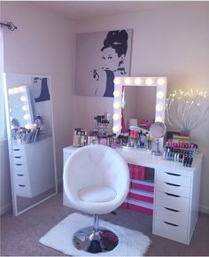 Find the beautiful makeup room ideas, designs & inspiration to match your style. Browse through images of makeup room & vanity mirror to create your perfect home. My New Room, My Room, Make Up Tisch, Rangement Makeup, Vanity Room, Vanity Set, Vanity Chairs, Diy Vanity, Decoration Bedroom