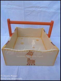 """Fraldário, cesta, caixa para toalhitas e moldura """"Girafinhas na Savana"""""""