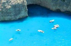 Praia de Navagio vista do alto do mirante, na Ilha de Zakhyntos - Foto: Ticiana Giehl e Marquinhos Pereira/Escolha Viajar