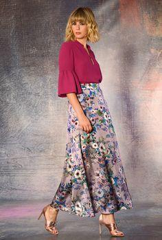 Blusa color magenta. Falda midi estampada.  Magenta shirt. Total color top. Midi printed skirt