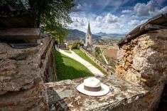 """Endlich Frühling! Das Wetter wird wärmer und die Lust auf """"Raus aus den 4 Wänden"""" steigt. Aufgrund der COVID-19-Regelungen der Österreichischen Bundesregierung und der damit einhergehenden Corona-Maßnahmen ist ein Überblick der geöffneten Ausflugsziele gar nicht so einfach. Wir haben mit Stand Mai eine aktuelle Liste mit unseren Tipps für Kärnten zusammengestellt. Am Bild die Burg Hochosterwitz, die ebenfalls geöffnet hat. #castles #burg #ausflugsziele #schöneorte #reisen #travel #austria Mai, Corona, Rainy Weather, Road Trip Destinations, Beautiful Places, Viajes, Simple, Tips"""