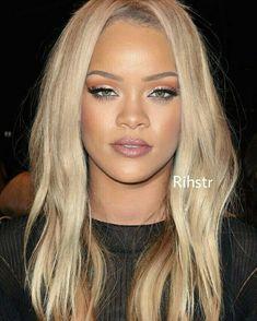 Rihanna in blonde locs rihanna makeup, rihanna riri, rihanna blonde hair, rihanna style Rihanna Makeup, Rihanna Riri, Rihanna Style, Rihanna Blonde Hair, Honey Blonde Hair, Afro Hair Style, Curly Hair Styles, Natural Hair Styles, Rihanna Hairstyles
