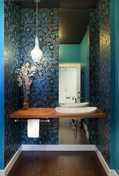 Gäste WC Design mit schwarzer Tapete und blauen Mustern kombiniert mit modernem Waschtisch