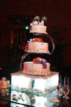 Cool wedding cake. www.fullbodas.com photo by: www.fotosuno.com Cool Wedding Cakes, Desserts, Food, Weddings, Centerpieces, Tailgate Desserts, Deserts, Essen, Postres