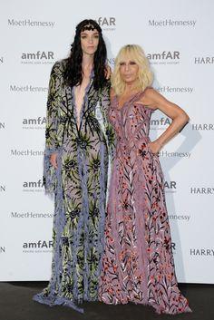 Mariacarla Boscono et Donatella Versace robe à fleurs Atelier Versace http://www.vogue.fr/mode/inspirations/diaporama/le-dner-de-lamfar-paris/21422/carrousel#mariacarla-boscono-et-donatella-versace