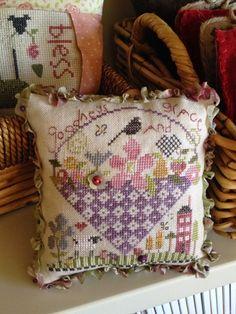 A Kiwi Stitching : Pretty Pincushion
