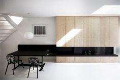 El estudio i29 interior architects ha llevado a cabo la completa rehabilitación de este apartamento, ubicado en Frederikstaat (Ámsterdam). La acertada distribución y elección de materiales y colores han conseguido que en la vivienda, de tan sólo 45 m2, se respire amplitud y orden.  El proyecto ha limitado el programa funcional a dos volúmenes [...]