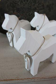 White dala horses with heart ♥ Swedish Christmas, Christmas Mood, Scandinavian Christmas, Scandinavian Design, White Christmas, Holiday, Christmas Ideas, Xmas, Living Room Themes