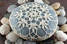 Thread Crochet, Crochet Doilies, Crochet Hooks, Crochet Art, Stone Crafts, Rock Crafts, Double Crochet, Single Crochet, Crochet Instructions