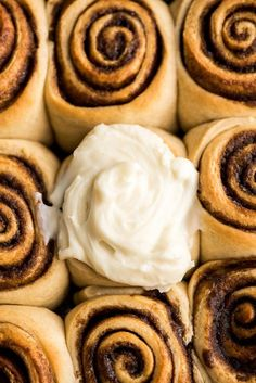 The Best Homemade Cinnamon Rolls Recipe EVER! These gooey cinnamon rolls are even better than cinnabon cinnamon rolls, and are easy to make! Cinnabon Cinnamon Rolls, Best Cinnamon Rolls, Easy Sugar Cookies, Sugar Cookies Recipe, Easy Cookie Recipes, Baking Recipes, Easy Desserts, Bread Recipes, Cinnamon Roll Frosting
