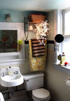 Hello tiny adorable bathroom, you remind me of my own Peach Bathroom, Cozy Bathroom, Small Space Bathroom, Small Spaces, Bathroom Ideas, Double House, Floral Shower Curtains, Small Toilet, Home Staging