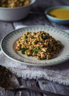 Salade de quinoa, poulet, pois chiches, brocolis, sauce au curry. Sans gluten, sans lactose, sans oeuf.