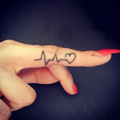 Pequeños y hermosos tatuajes en los dedos