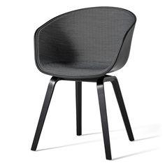 Hay - About A Chair AAC 22, Holz-Vierbeingestell (Eiche schwarz gebeizt), Sitzschale Soft Black / Innenpolsterung Surface 190 dunkelgrau, Filzgleiter Schwarz T:50 H:80 B:59