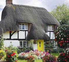 Okay! This cottage has convinced us to move to the English countryside #homedecor #homesweethome