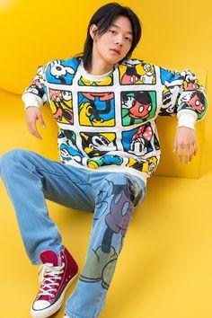 Disney x Levis (Foto: Reprodução: Levis)    A Levi's anunciou mais uma colaboração. Depois de recentes parcerias com a Supreme e aAnother Place, por exemplo, a icônica empresa de jeans junta forças com a Disney para uma collab divertida, que celebra o time de Mickey Mouse e cia.  saiba mais   Primeira semana de moda masculina árabe acontece este mês  Burberry doará sobras de tecidos para estudantes de mo