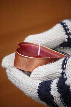 Want to make something special for your child's teacher? Cookie cutter candle is a cute way to wish a Happy Christmas. / Piparimuottiin valetut kynttilät opettajalle, kerhotädille tai omaan kotiin tunnelmaa tuomaan. Ohje blogissa.